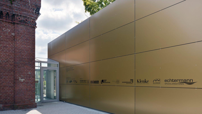 Goldene Fassadentafeln aus Aluminium