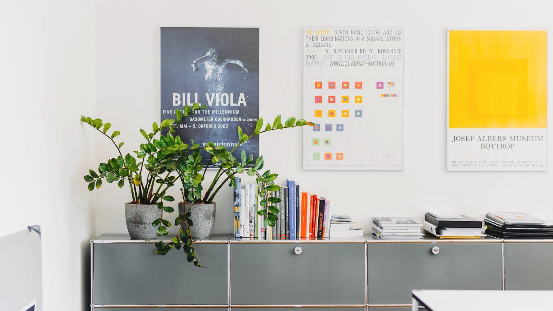 Milieuaufnahme mit Sideboard und Postern im Dortmunder Architekturbüro